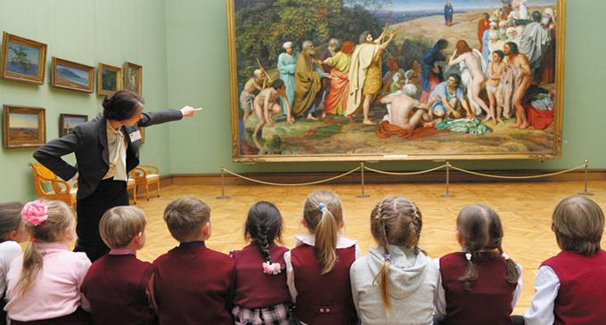 Москва. Урок истории школьников младших классов в Третьяковской галерее.